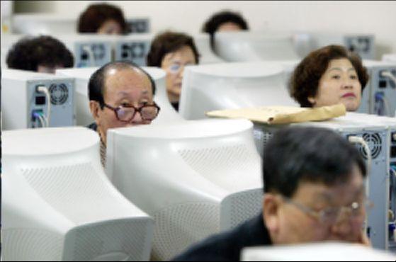 컴퓨터를 배우는 노인들의 모습. 젊은 세대들은 노인 세대가 상대되지 않는다고 결론 내렸다. 이유는 컴퓨터를 사용할 줄 모르고 놀 줄 모르기 때문이다. 컴퓨터가 온통 판을 바꾼 것이다. 박종근 기자