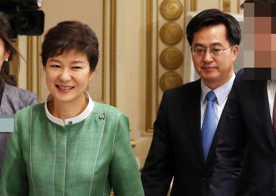 박근혜 대통령이 2013년 4월 30일 오후 청와대에서 열린 국무조정실 업무보고에 참석하고 있다. 오른쪽은 당시 김동연 국무조정실장. [중앙포토]