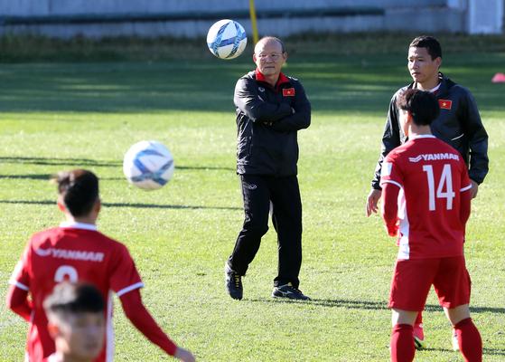 박항서 감독(가운데)은 지난달 16일부터 30일까지 베트남 선수들을 데리고 파주대표팀트레이닝에서 훈련했다. [중앙포토]