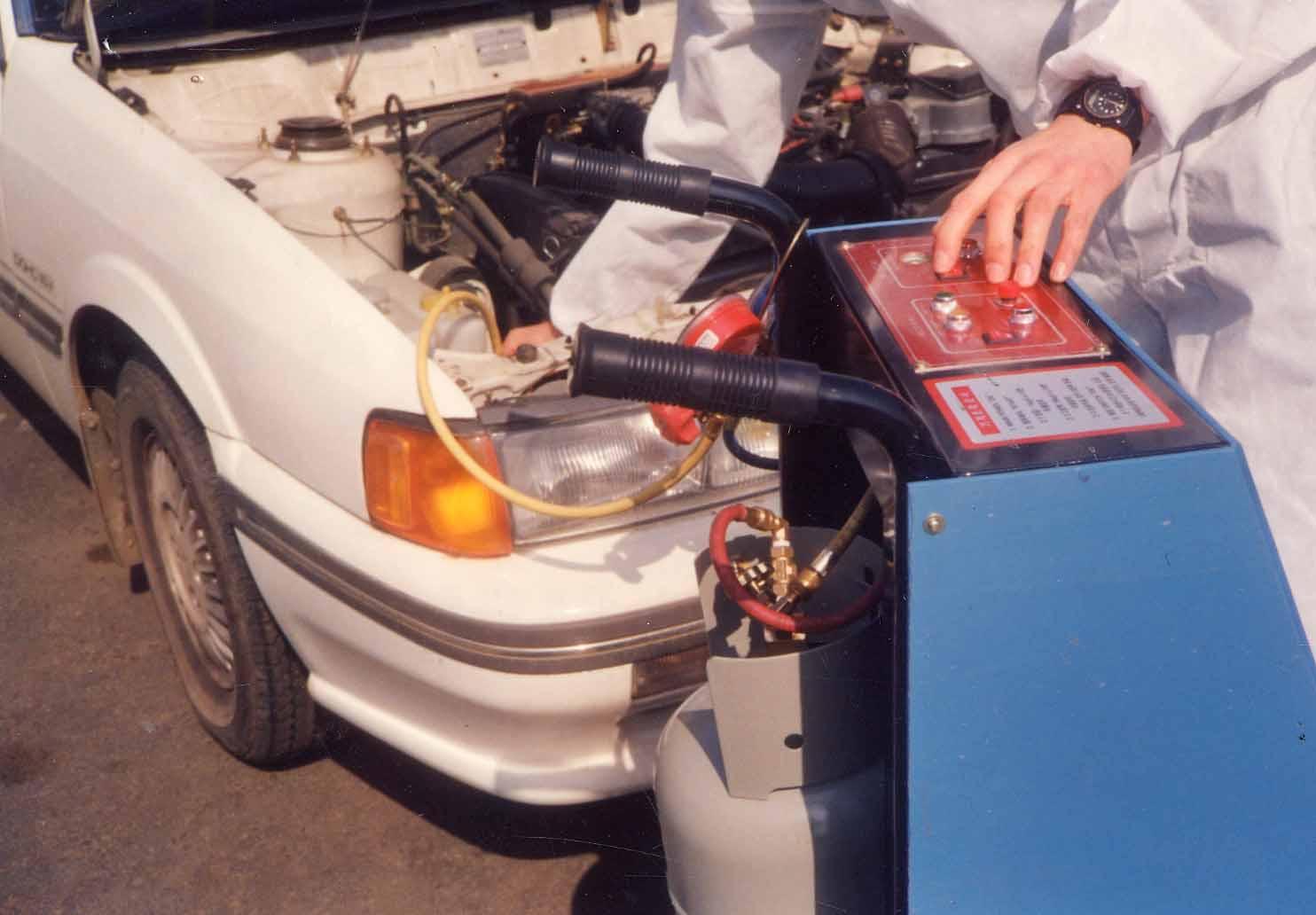 자동차 에어컨 냉매용 프레온 가스를 회수하고 있다. [중앙포토]