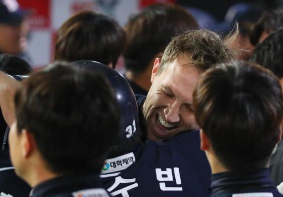 두산 선발투수 린드블럼이 역전 투런 홈런을 때린 정수빈을 껴안으며 기뻐하고 있다. [연합뉴스]
