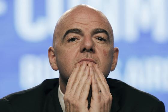 최근 풋볼리크스가 스위스 검찰청장 매수 시도 의혹을 제기해 곤경에 처한 잔니 인판티노 FIFA 회장. [AP=연합뉴스]