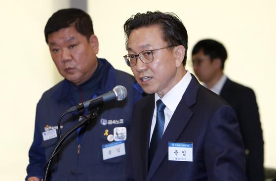 최종 한국지엠 부사장(오른쪽)이 지난달 22일 서울 중구 중소기업은행에서 열린 국회 정무위원회 국정감사에서 의원들의 질의에 답변하고 있다. 왼쪽은 임한택 금속노조 한국지엠지부 지부장. [뉴스1]