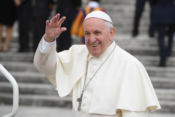 바티칸 시국의 성 베드로 광장에서 교황 프란치스코. 전통적으로 교황은 유럽 출신이 선임되어 왔지만 예상을 깨고 가톨릭 역사상 처음으로 남미 출신인 그가 교황으로 선출됐다. <저작권자(c) 연합뉴스, 무단 전재-재배포 금지>
