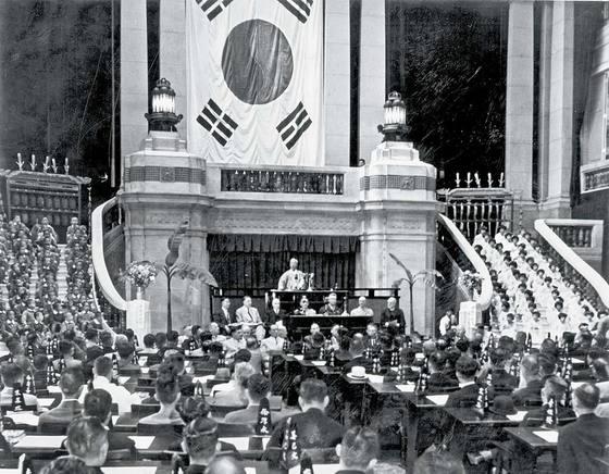 1948년 5월 31일 서울 세종로 중앙청 회의실에서 이승만 당시 의장(가운데)이 제헌국회 개원사를 하고 있다. 총 198명의 제헌 국회의원은 한 달 반 뒤인 7월 17일 제헌 헌법을 공포했다. [중앙포토]
