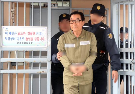 최규호 전 전북교육감이 비교적 건강한 모습으로 7일 전주지검에서 교도소로 이동하고 있다. [연합뉴스]