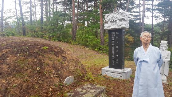 경북 봉화군 재산면 청량산 자락에 위치한 유천 이만규의 묘. 주손 이동후 옹이 내력을 설명하고 있다. [사진 송의호]