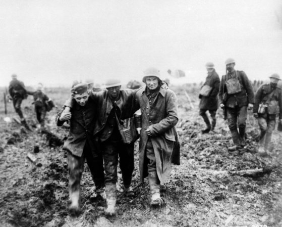 제1차 세계대전이 한창이던 1917년 프랑스 비미에서 독일 병사가 캐나다군 부상병을 옮기고 있다. 주변 상황으로 볼 때 독일군 병사는 막 포로가 된 것으로 보인다. [AP=연합뉴스]