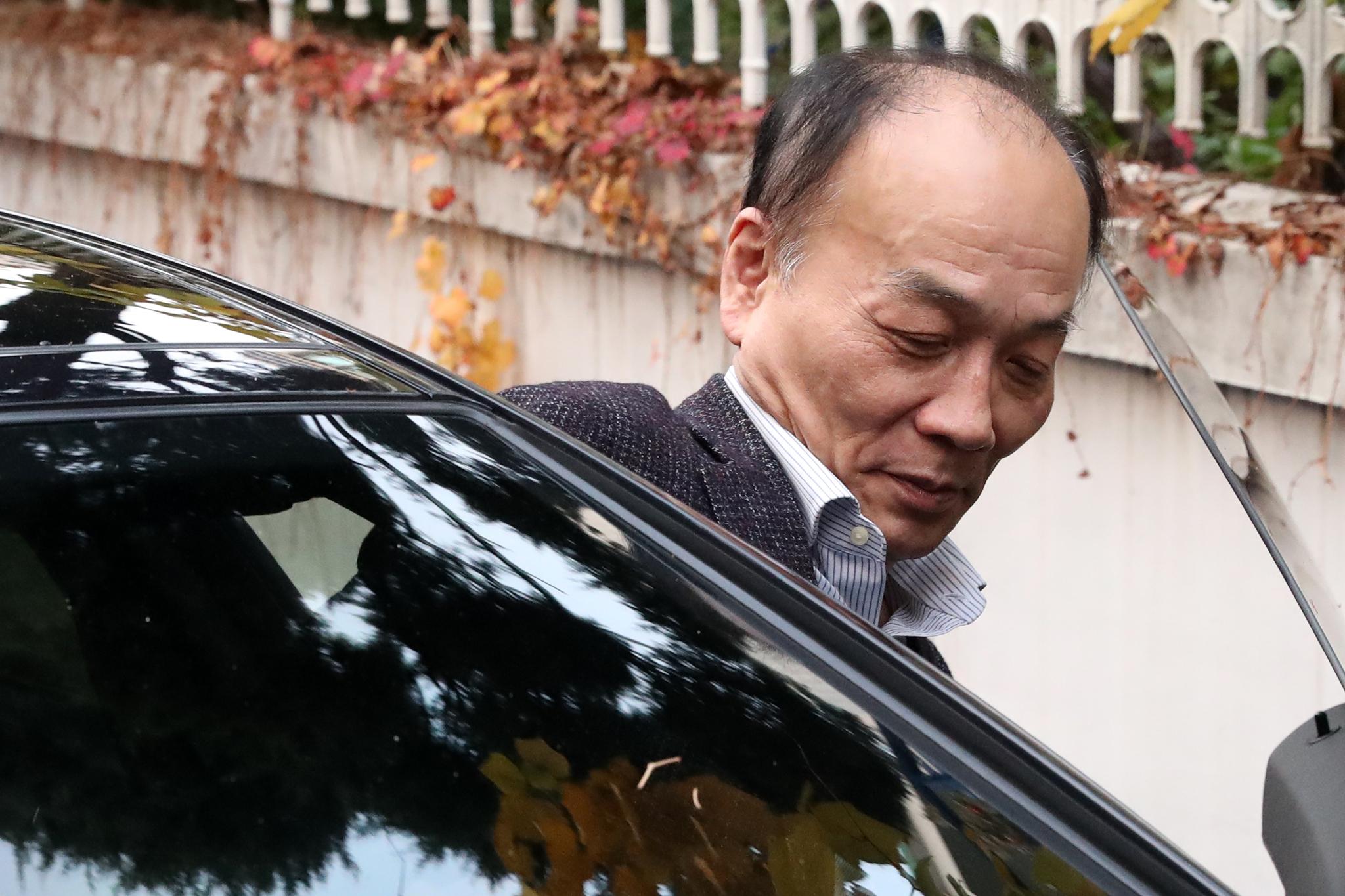 전원책 변호사가 9일 서울 동교동 자택 앞에서 입장발표를 마친 뒤 차량에 오르고 있다. [뉴스1]