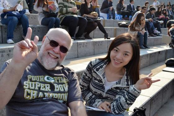 연세어학당 시절. 미국에서 군인으로 생활하다 퇴역 후 한국에서 한국어 공부를 하던 동료와 함께 사진을 찍었다 [출처 무전]