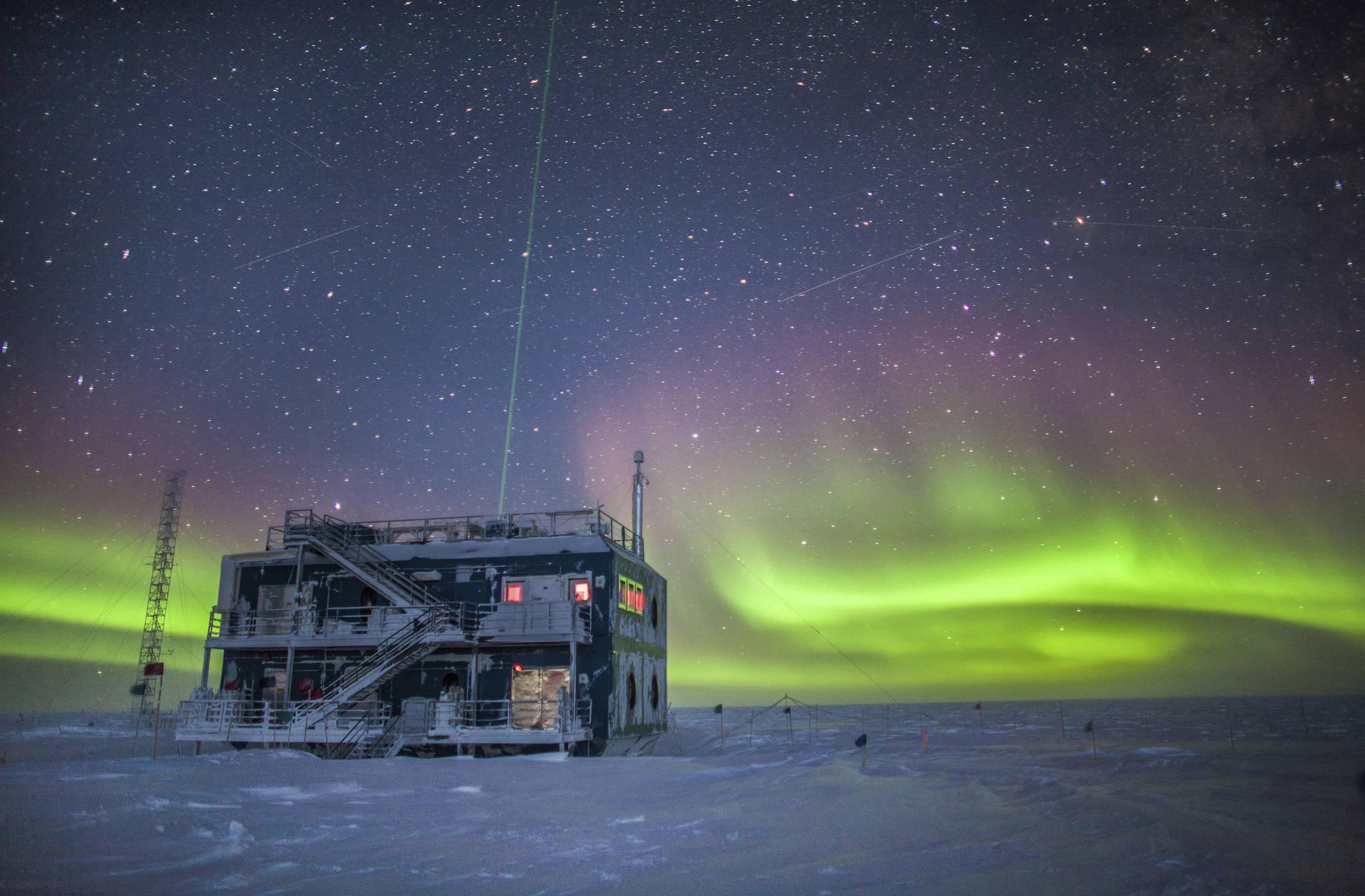 남극 대륙에 위치한 미국 해양대기국의 남극대기관측소 인근에 오로라가 펼쳐지고 있다. [AP=연합뉴스]