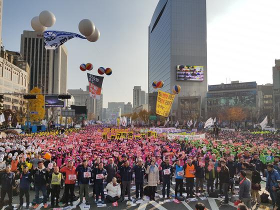 10일 민주노총이 서울 동화면세점 근처 세종대로에서 '2018년 전국노동자대회'를 열었다. 조한대 기자
