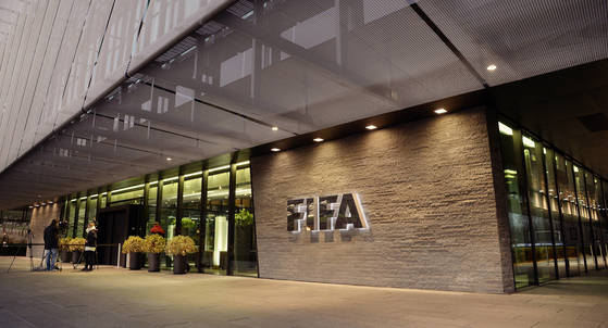 스위스 검찰은 FIFA 전임 집행부의 비리를 수사 중이다. 사진은 FIFA 본부 1층 전경. [AP=연합뉴스]