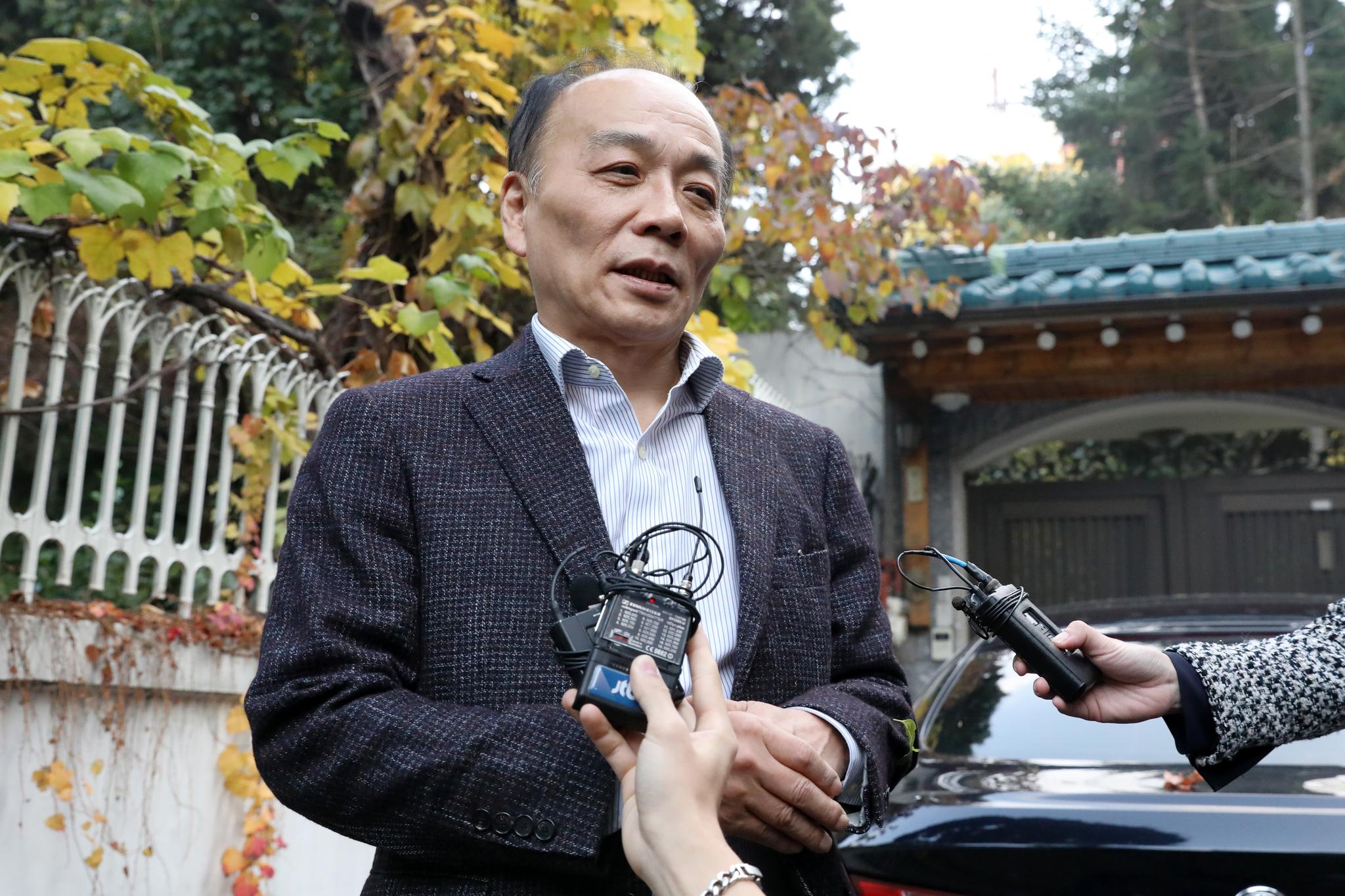 전원책 변호사가 9일 서울 동교동 자택 앞에서 입장을 말하고 있다. [뉴스1]