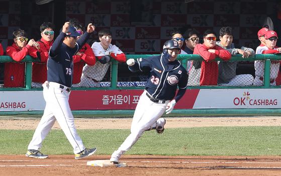 3회 초 1사 선제 솔로홈런을 터트린 뒤 베이스를 돌고 있는 두산 정진호. 연합뉴스