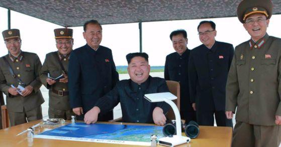 북한 김정은 노동당 위원장이 중장거리전략탄도미사일 화성-12형 발사 훈련을 참관했다고 노동신문이 지난해 8월 30일 보도했다. 사진은 발사현장을 참관하고 있는 김정은 모습. [연합뉴스]