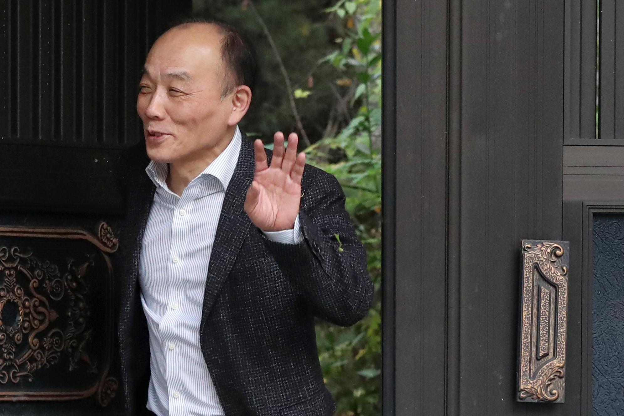 전원책 변호사가 9일 오후 입장발표를 하기 위해 서울 동교동 자택에서 걸어 나오고 있다. [뉴스1]