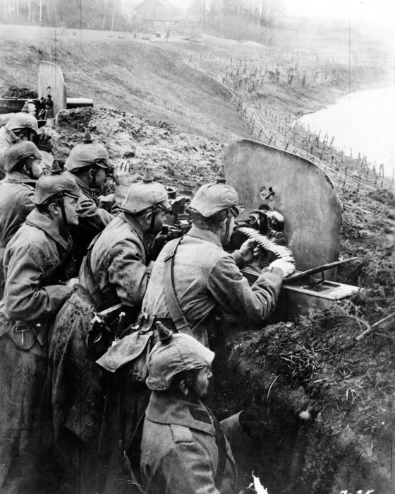 제 1차 세계대전 당시인 1916년 동부 전선에 뱌치된 독일군이 러시아 비수아 강(현재는 폴란드) 주변의 참호에 중기관총을 배치하고 전투에 대비하고 있다. [AP=연합뉴스]