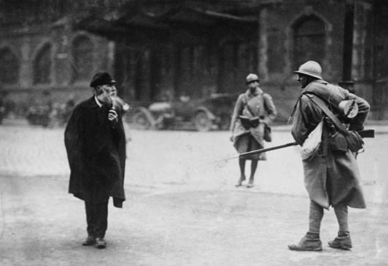 1923년 독일이 1차대전 배상금을 제대로 내지 않는다고 독일의 탄광 지대이자 공업 지역인 루르 지방을 점령한 프랑스군(오른쪽)이 주민과 대화하고 있다. [중앙포토]