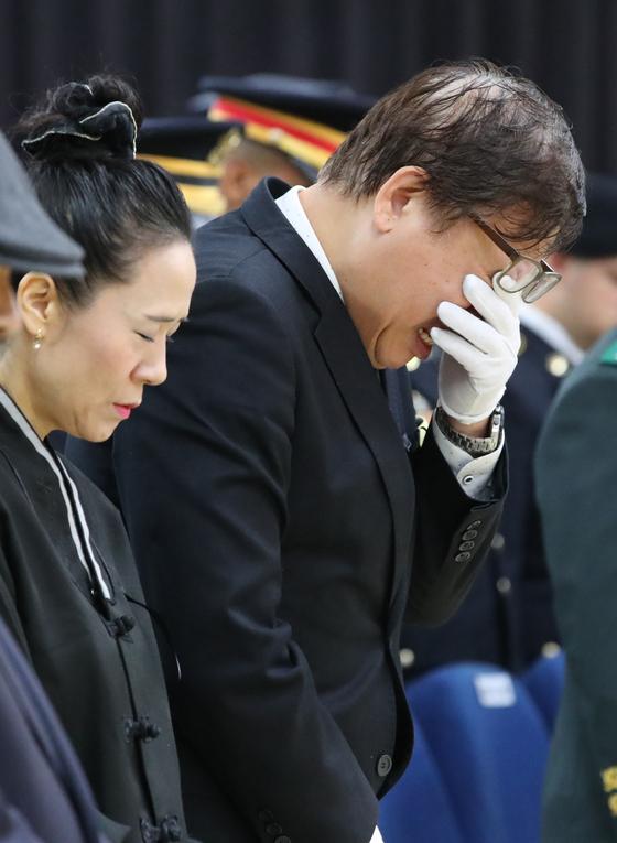 11일 부산 해운대구 부산 국군병원에서 열린 윤창호씨 영결식에서 유족들이 오열하고 있다. 송봉근 기자