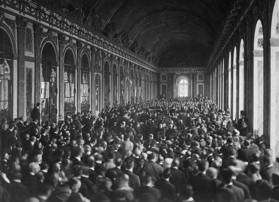 1919년 6월 전베르사유 조약 체결 당시의 베르사유 궁전 거울의 방 모습.[중앙포토]