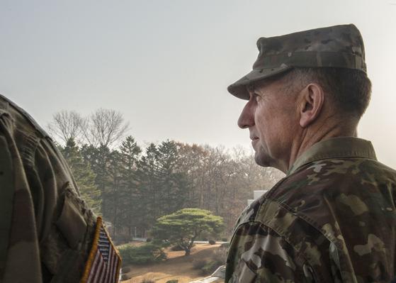 로버트 에이브럼스 신임 한ㆍ미연합사령관이 10일 공동경비구역(JSA)을 방문했다. 에이브럼스 사령관이 군사분계선(MDL) 너머 북쪽을 바라보고 있다. [사진 유엔군사령부]