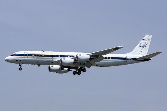 NASA가 운영하고 있는 공기질 측정 항공기 DC-8의 모습. 민간 항공기를 공기질 연구에 맞춰 개조했다. [사진 NASA]