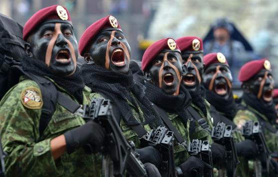 시가행진 중인 멕시코 해병대. 안면위장이 위압적이다. [사진 멕시코 해병대]