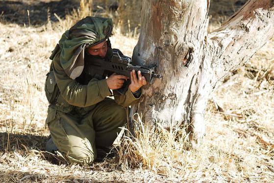 미츠페넷 헬멧 위장포를 쓴 이스라엘군이 소총으로 조준을 하고 있다. [사진 이스라엘 국방부]