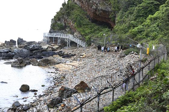 강원도 강릉시 정동진에 있는 해안 탐방로 '정동심곡 바다부채길'에 남아 있는 군 경계 철책 [연합뉴스]