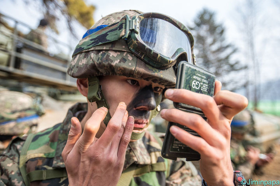 안면위장용 위장크림을 바르고 있는 육군 병사. [사진 Jiminpapaㆍ육군]