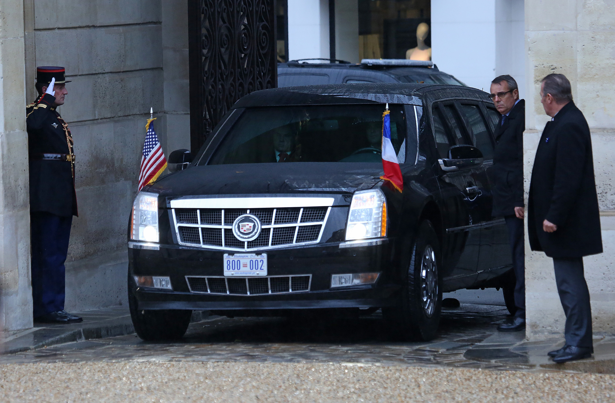 트럼프 대통령이 탄 '더 비스트'가 10일 오후 프랑스 파리 엘리제궁에 도착하고 있다.[UPI=연합뉴스]