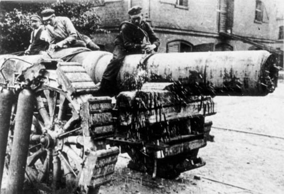베르사유 조약에 따라 대구경 애포를 폐기하는 독일 노동자들' [위키피디아]