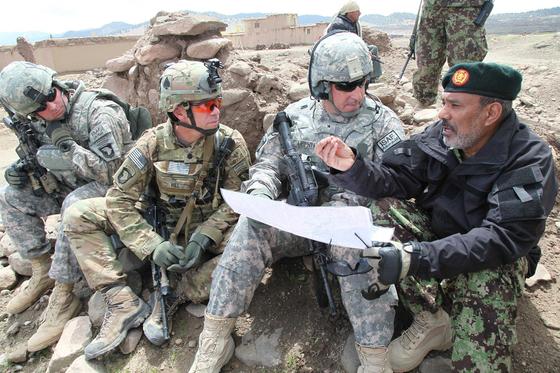 2011년 아프카니스탄에서 촬용한 미군. 미군이 아프카니스탄군과 상의하고 있다. 왼쪽 둘째 장교가 OCP가 그려진 ACU를 입고 있다. 나머지는 UCP의 ACU를 입고 있다. 한눈에 봐도 OCP가 UCP보다 눈에 덜 띈다. 미 육군은 일부 전투복에서 사용하던 OCP를 2015년부터 모든 전투복으로 확대했다. [사진 미 육군]