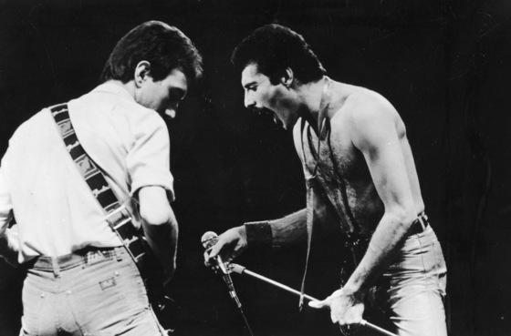 록그룹 '퀸'의 보컬리스트 프레디 머큐리(오른쪽)의 실제 공연 모습.[사진 중앙포토]