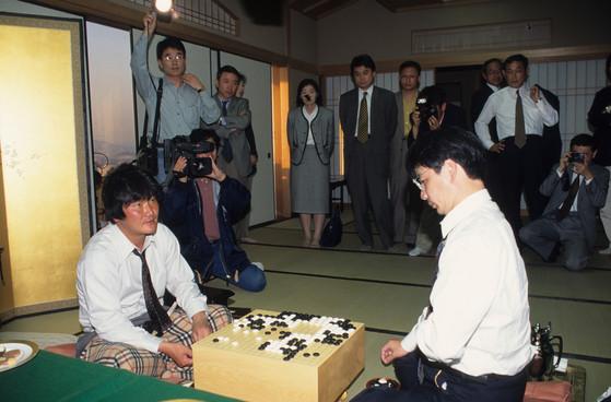 타이틀 보유자 조치훈(좌)이 도전자 가토마사오 9단을 맞아 승리했다. 한 판의 바둑을 두면서 실수를 전혀 하지 않는다는 것은 쉬운 일이 아니다. 전문가도 실수를 하는데 자신이 능숙하지 않은 분야에서 실수하는 것은 극히 당연하다고 할 수 있다. [중앙포토]