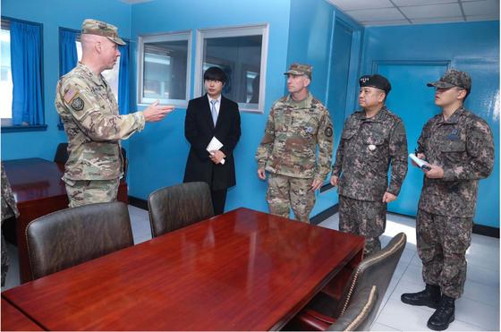 로버트 에이브람스 사령관(가운데)이 10일 판문점 공동경비구역(JSA)내 박한기 합참의장(오른쪽 둘째)가 회담장내에서 설명을 듣고 있다. [사진 주한미군]