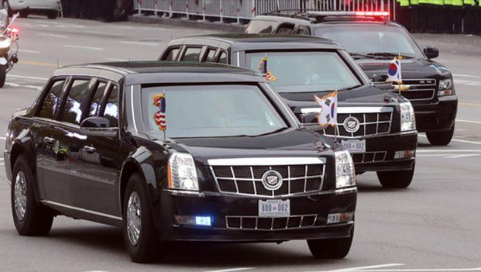 지난해 11월 방한한 트럼프 대통령이 탄 차량행렬이 서울 세종대로를 지나고 있다.[중앙포트]