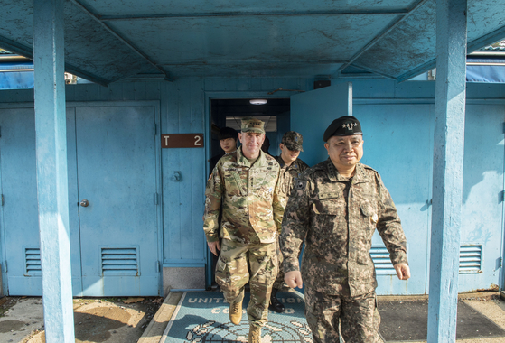 로버트 에이브람스 사령관(왼쪽)이 10일 판문점 공동경비구역(JSA)을 방문해 박한기 합참의장(오른쪽)과 함께 회담장을 둘러보고 있다. [사진 주한미군]