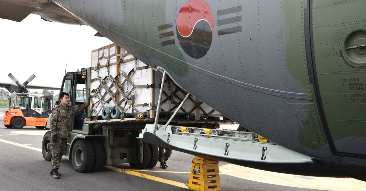 11일 제주공항에서 장병들이 제주산 감귤을 공군 C-130 수송기에 적재하고 있는 모습. [사진 공군 제공]