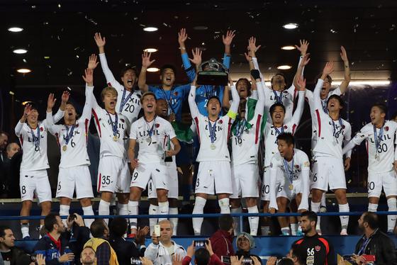 11일 이란 테헤란 아자디 스타디움에서 열린 아시아축구연맹 챔피언스리그 결승전에서 우승을 확정한 일본 가시마 앤틀러스가 우승 트로피를 들어올리면서 포효하고 있다. [EPA=연합뉴스]