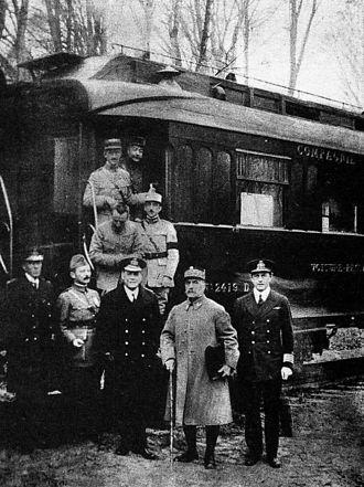 1918년 11월 11일 독일군이 무조건 정전에 서명한 프랑스 콩피에뉴의 포슈 원수 전용 기차 앞에서 포슈(오른쪽에서 둘째)와 일행이 포즈를 취하고 있다. [위키피디아]