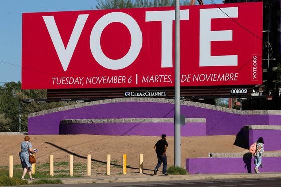 지난 7일 미국 아리조나주에 설치된 투표 독려 광고판. [로이터=연합뉴스]