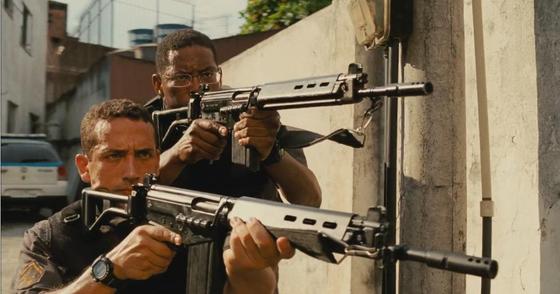 영화 '엘리트 스쿼드2'의 한 장면. 빈민가에서 특수 작전을 펼치고 있는 경찰들.
