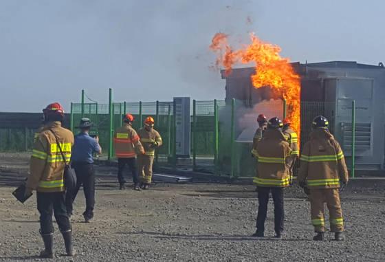 지난 6월15일 오후 전북 군산시 오식도동의 한 태양광발전기 ESS(에너지저장시스템)에서 화재가 발생했다. 이 불로 ESS 등이 전소해 6억1000만원 상당의 재산피해가 발생했다. [연합뉴스]
