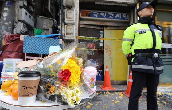 화재로 7명이 사망한 서울 종로구의 한 고시원 앞에 11일 오전 시민들이 두고 간 추모 꽃이 놓여 있다.[ 연합뉴스]