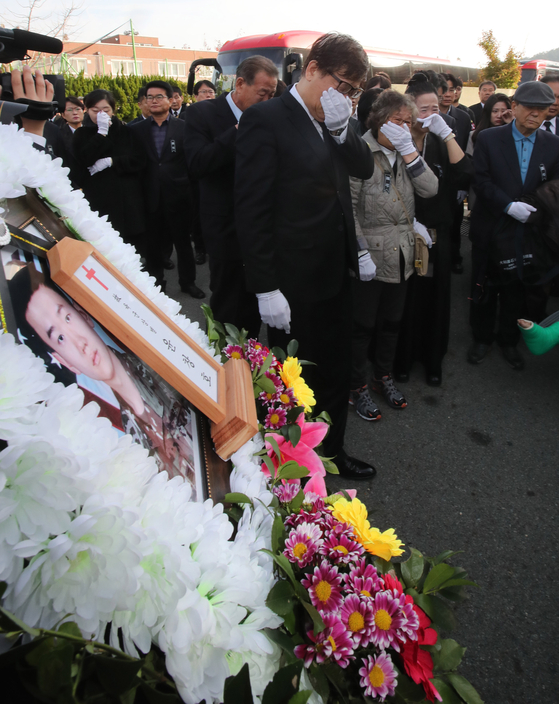 11일 부산 해운대구에 있는 부산 국군병원에서 열린 윤창호씨 영결식에서 고인의 가족, 군 동료와 친구들이 고민의 마지막 가는 길을 배웅하고 있다. 송봉근 기자