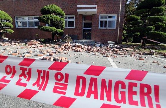 포항지진 여파로 대학수학능력시험이 일주일 연기된 지난해 11월 16일 오전 경북 포항시 북구 대동고의 건물 벽돌이 무너져 있다. [뉴스1]