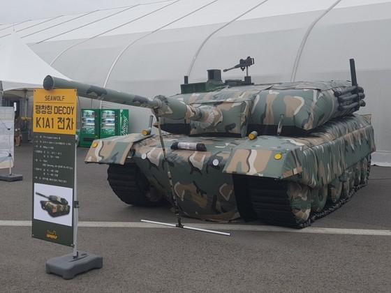지난해 서울국제 항공우주 및 방위산업 전시회(ADEX)에 나온 가짜 탱크 디코이. 적의 눈을 속이는 디코이(Decoy)한국 육군 주력전차 K1A1과 모양과 크기가 똑같다. [중앙포토]