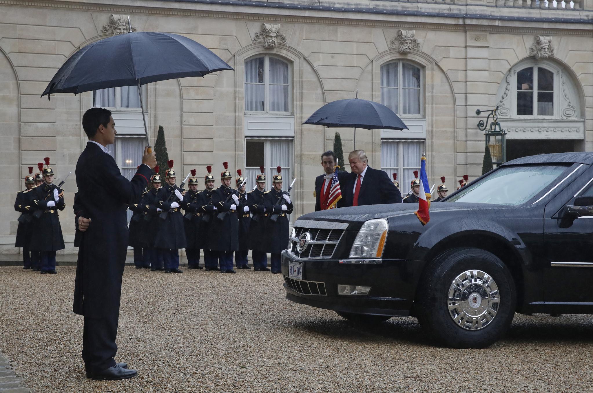 트럼프 대통령이 10일 오후 엘리제궁에 도착해 차량에서 내리고 있다.[AP=연합뉴스]